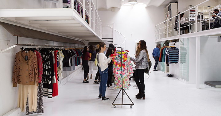 Estudiantes con las Colecciones de Moda del Summer Course in Fashion Product Management