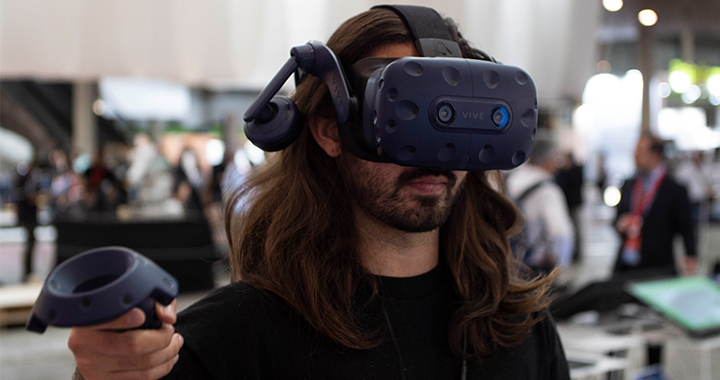 Estudiante del Master en Design for Virtual Reality probando VR y AR en Construmat